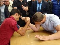 BİLEK GÜREŞİ - Bilek Güreşinde 61 Kiloluk Öğrenci 104 Kiloluk Arkadaşını Mağlup Etti