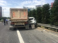 SAĞLIK EKİBİ - Hafriyat Kamyonu Çarptığı Aracı Bariyerlere Sıkıştırdı Açıklaması 2 Yaralı