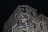 GÜZERGAH - Kadıköy'de 200 Yıllık Tarihi Bina Çöktü