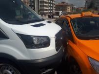 TİCARİ TAKSİ - Ankara'da Öğrenci Servisi Ticari Taksi İle Çarpıştı Açıklaması 4 Öğrenci Yaralı