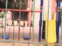 KÖPEK DÖVÜŞÜ - Okul Bahçesinde Tepki Çeken Olay
