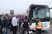 TEM OTOYOLU - Tem Otoyolunda Yolcu Otobüsünün Çarptığı Balık Yüklü Kamyon Şarampole Uçtu Açıklaması 3 Yaralı