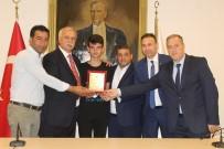 TİCARET ODASI - Ayvalık'ta ATO'dan Şampiyon Sporcuya Anlamlı Ödül