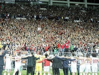3. Lig maçında 33 bin kişilik stat doldu 64