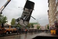 MAHSUR KALDI - Göçüğün Yuttuğu Araç Çıkarıldı, Vatandaşlar Tahliye Edildi