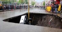 MAHSUR KALDI - Karayolunda Oluşan Çukura Düşen Araç Çıkarıldı, Binalarda Oturanlar Tahliye Edildi