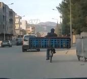 İLGİNÇ GÖRÜNTÜ - Meyve Kasasında Bebek, Bisiklette Kanepe Taşıdılar