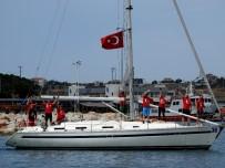 İSTIKLAL MARŞı - Yelken Yarışlarında, Çeşme Körfezi Ay Yıldıza Büründü