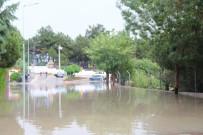 JANDARMA KOMUTANLIĞI - Manisa'daki Sağanak Yağışta Bazı Cadde Ve Sokaklar Dereye Döndü