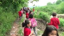 SEYFULLAH - Öğrenci Servisine Toprak Yolda Zorlu Yolculuk