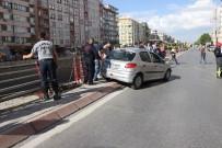 ÇELIK HALAT - Bariyerlere Asılı Kalan Otomobili İtfaiye Ekipleri Kurtardı