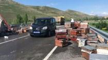 Devrilen Tırdaki Arı Kovanları Karayoluna Saçıldı