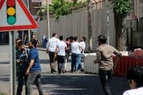 DAVUL ZURNA - Diyarbakır'da Öcalan Lehine Slogan Atan Gruba Müdahale Açıklaması 1 Gözaltı