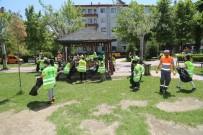 İLKÖĞRETİM OKULU - Öğrenciler, Parktaki Çöpleri Toplayarak Örnek Oldu
