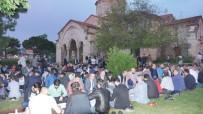 YÜCEL YAVUZ - Ayasofya Camisi'nin Bahçesinde Yer Sofrasında İftar Yaptılar