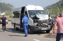 Memurları Taşıyan Minibüs, İş Makinesine Çarptı Açıklaması 10 Yaralı