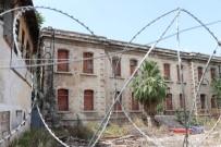DEVLET DAİRESİ - Tarihi Emniyet Binasını Restore Etmek Yerine Pencerelerine Tuğla Ördüler