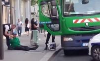 PROTESTO - Paris'te İki Çöpçü Siyasi Eylem İçin Çöp Kamyonunu Kaçırdı