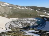 GÖLLER - Uludağ'da düşen çığ gölü buza çevirdi