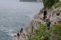BALIK TUTMAK - Amatör Balıkçılar Kayalıklarda Balık Avladı