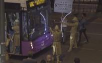 CANLI HEYKEL - İstanbul Trafiğinde Şaşkına Çeviren Görüntü