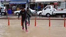 Kırşehir'de Dolu Ve Sağanak Hayatı Olumsuz Etkiledi
