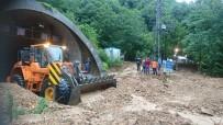 ARAÇ KONVOYU - Şiddetli Yağmur Ve Heyelan Sonrası Tek Yönden Ulaşıma Kapanan Karadeniz Sahil Yolu Ulaşıma Açıldı