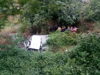 İNŞAAT İŞÇİLERİ - Üsküdar'da Otomobil Metrelerce Aşağı Uçtu Açıklaması 2 Yaralı