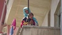 OTURMA İZNİ - İki Çocuğuyla Balkonda Mahsur Kalan Afgan Kadını İtfaiye Kurtardı