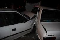 KARAKALE - Sivas'ta İki Otomobil Kavşakta Çarpıştı Açıklaması 5 Yaralı
