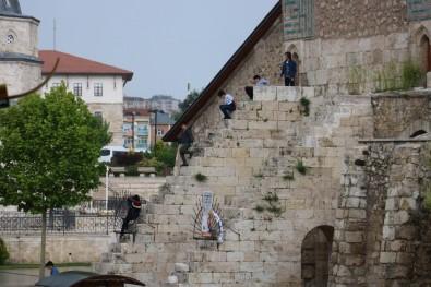 Çifte Minareli Medrese'de Tehlikeli Oyun