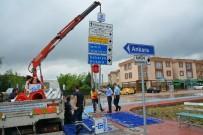 BOSTANLı - Kartepe'de Trafik Levhaları Yenileniyor