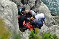 BALIK TUTMAK - Kayalıklarda Mahsur Kalan Balıkçının İmdadına Ekipler Yetişti