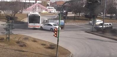 Önce Otomobile Sonra Otobüse Çarptı