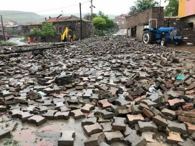 Sel Felaketinde Kaldırım Taşları Yerinden Söküldü