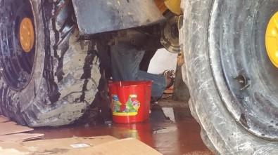 Temizlediği Kepçenin Altına Sıkışan İşçi Hayatını Kaybetti