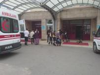 YOLCU MİDİBÜSÜ - Yolcu Midibüsü İstinat Duvarına Çarptı Açıklaması 7 Yaralı