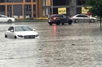 YENIÇAĞ - Batman'da Otomobiller Yağmur Suyunda Mahsur Kaldı