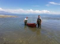 AVCILIK - Jandarma, Kaçak Avcılıkta Kullanılan Tekneleri Yüzerek Karaya Çekti