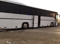 SADETTİN BİLGİÇ - Tur Otobüsü Tıra Çarptı Açıklaması 1 Ölü, 46 Yaralı