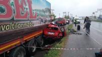 KOCAELI ÜNIVERSITESI - Kontrolden Çıkan Otomobil Tıra Böyle Çarptı