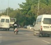 AMATÖR KAMERA - Ayakta Motor Sürdü, Araçların Arasında Makas Attı