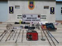 GAZ MASKESİ - Erdemli'de Kaçak Kazı Yapan 4 Kişi Gözaltına Alındı