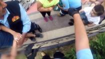 DEMİR PARMAKLIK - Kolu Demir Parmaklığa Saplanan Çocuğu İtfaiye Kurtardı