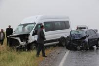 Minibüsle Otomobil Çarpıştı Açıklaması 13 Yaralı