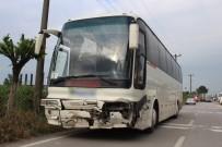 KULLAR - Servis Otobüsü Otomobile Çarptı Açıklaması 1'İ Çocuk 2 Yaralı