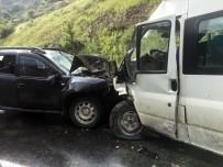 ÖĞRENCİ SERVİSİ - Şırnak'ta Öğrenci Servisi İle Otomobil Çarpıştı Açıklaması 1'İ Ağır 8 Yaralı