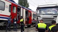 DUMLUPıNAR ÜNIVERSITESI - Kütahya'da Raybüs Tıra Çarptı Açıklaması 1 Yaralı