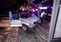 Yayaya Çarpan Otomobil Durağa Daldı Açıklaması 3 Yaralı