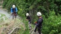 Yerinden Kopmak Üzere Olan Kayayı Tedbirli Bir Şekilde Yola İndirdiler